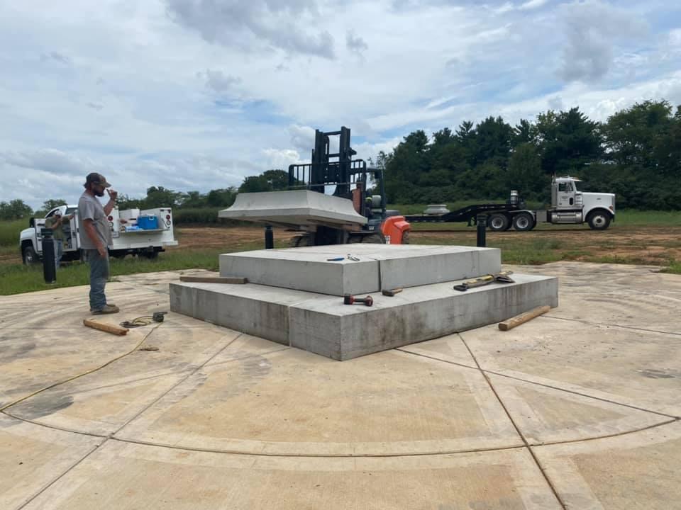 58 SCV errecting President Jefferson Davis Statue Elm Springs 1